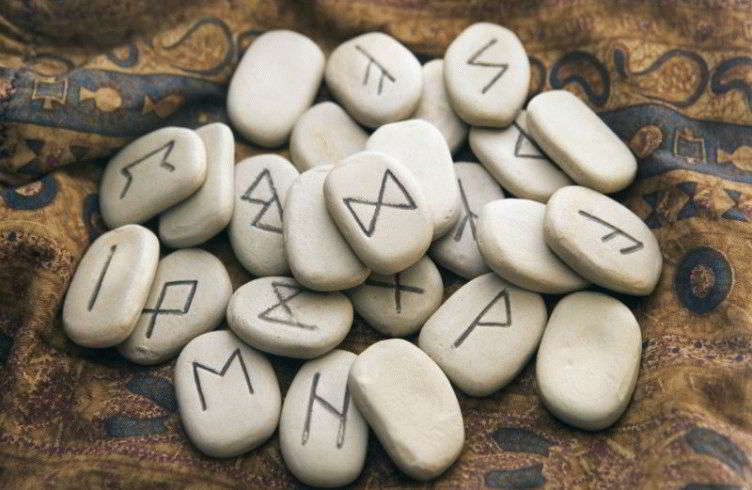 runy-izgotovlennye-iz-kamnja